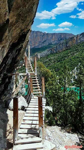 Primeros escalones en la ruta por las pasarelas de Montfalco