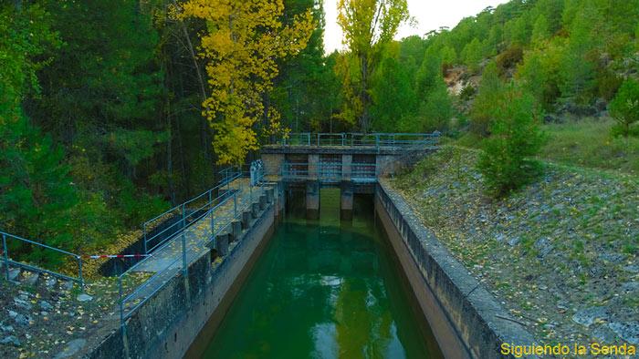Cruzar puente en el recorrido de la laguna de Uña